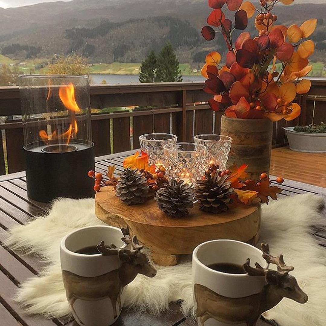 Přírodní materiály, barevné listí, horká káva a svícen.
